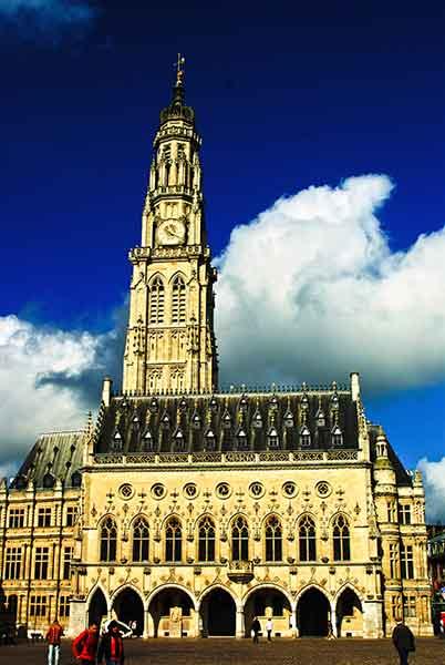 Arras-Innenstadt-Rathaus-in-Wolken