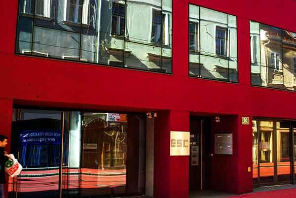 Graz-Jakominstraße-ESC-Kunstverein-mit-schönem-Spiegelbild